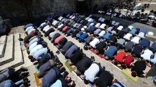 Filistinliler cuma namazını Mescid-i Aksa'nın kapılarında kıldı