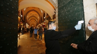 24 Mart'ta geçici olarak kapatılan Tarihi Kapalıçarşı ve Mısır Çarşısı yeniden hizmet vermeye başladı