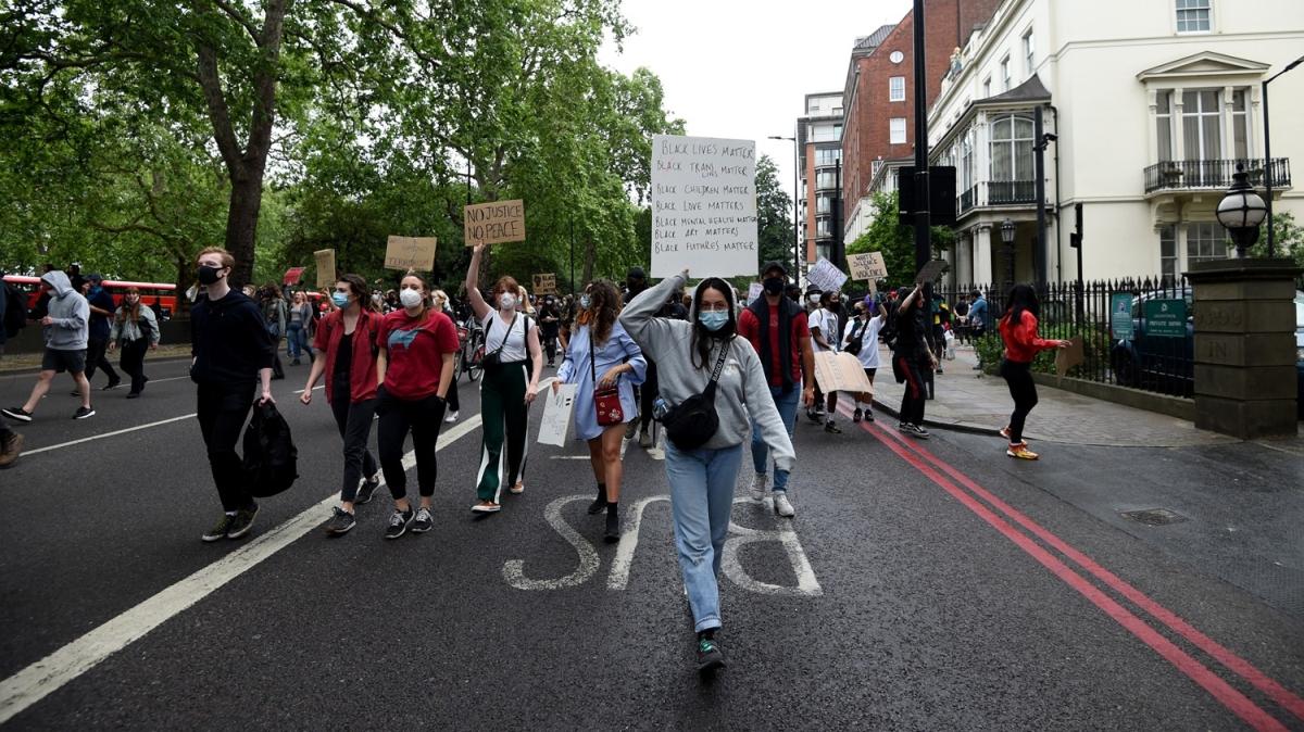 İngiltere'de göstericiler George Floyd için toplandı