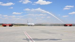 Normalleşme başladı, ilk yolcu uçağı törenle karşılandı