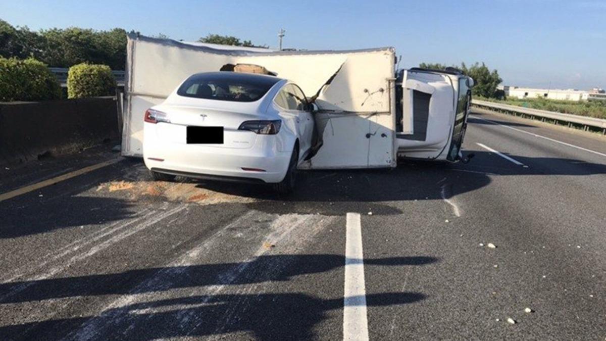 Göz göre göre... Tesla otomobilin yaptığı kaza olay oldu!