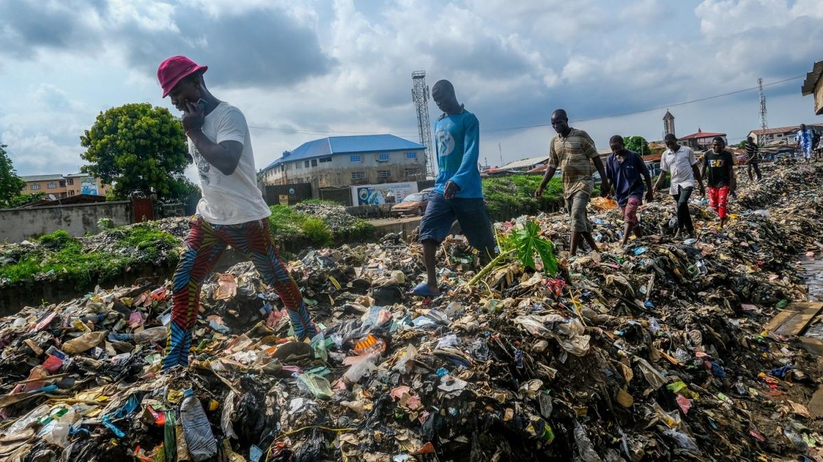 Şiddetli yağışlar çöp yığınlarına neden oldu