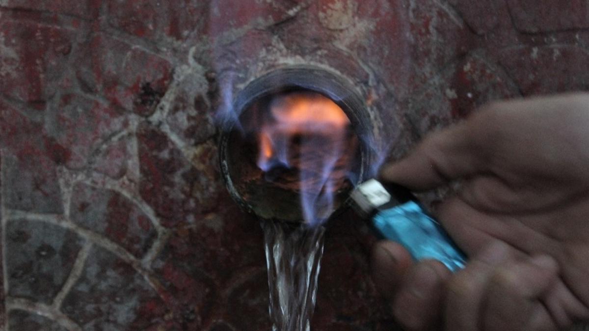 Görenler hayret etti! Bu çeşmenin suyu alev alev yanıyor