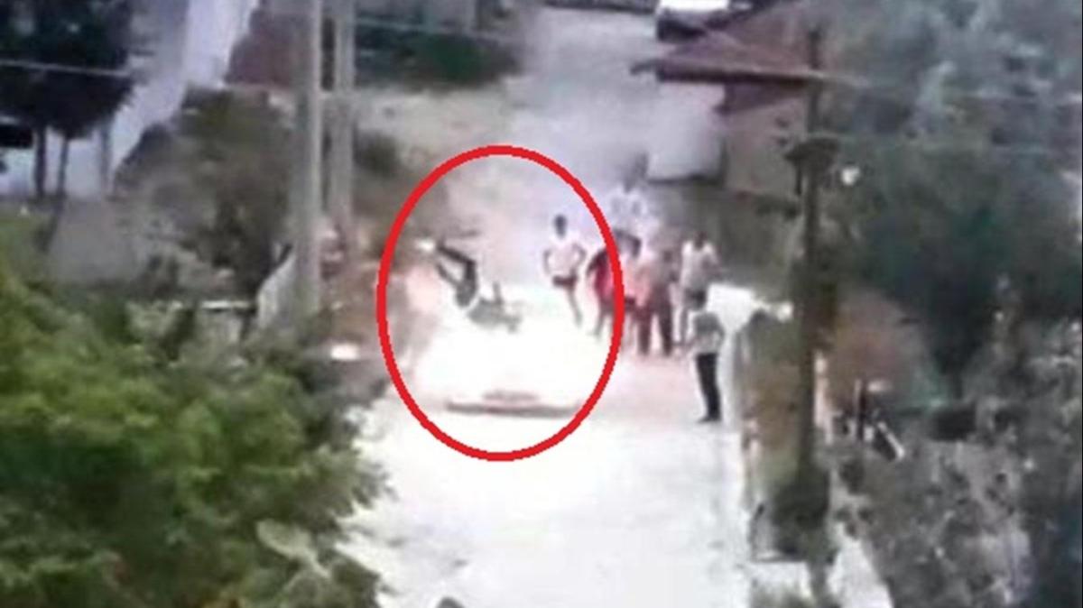 Kavga ettiği adama arabayla çarptı... Talihsiz adam metrelerce havalandı!