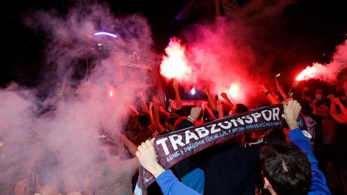 Trabzonspor taraftarları 23 yıl sonra gelen Fenerbahçe galibiyetini böyle kutladı! Şehir aydınlandı