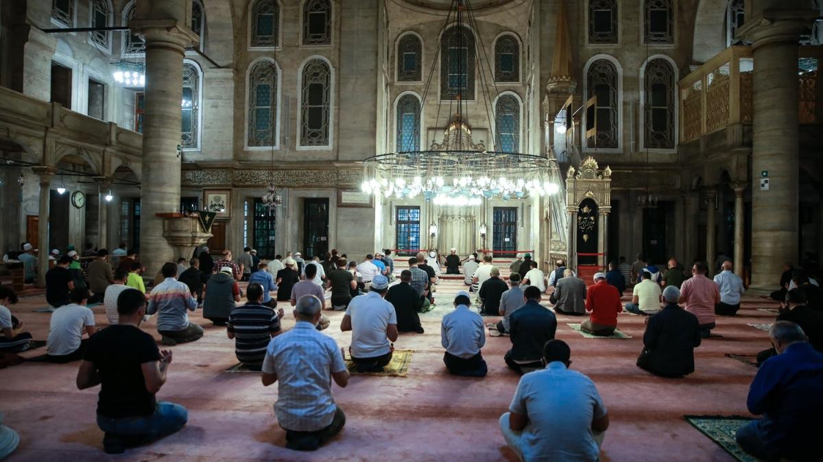 Kısıtlamanın kaldırılmasının ardından, sabah namazı camilerde cemaatle eda edildi...