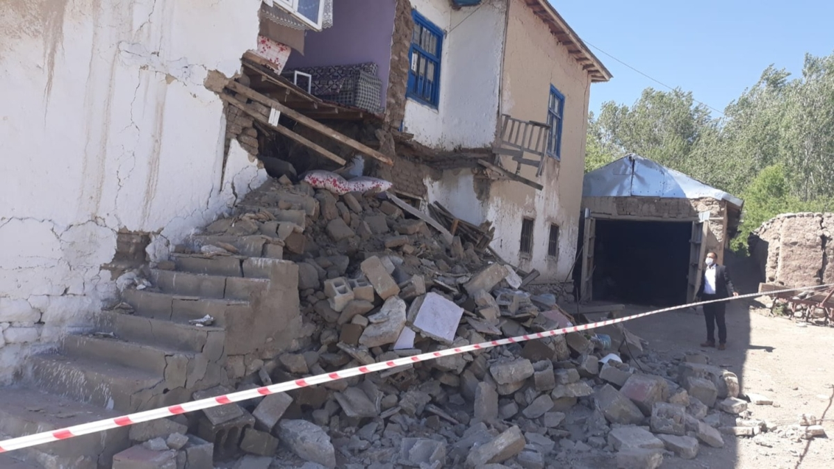 Van'da korkutan deprem! İşte ilk görüntüler