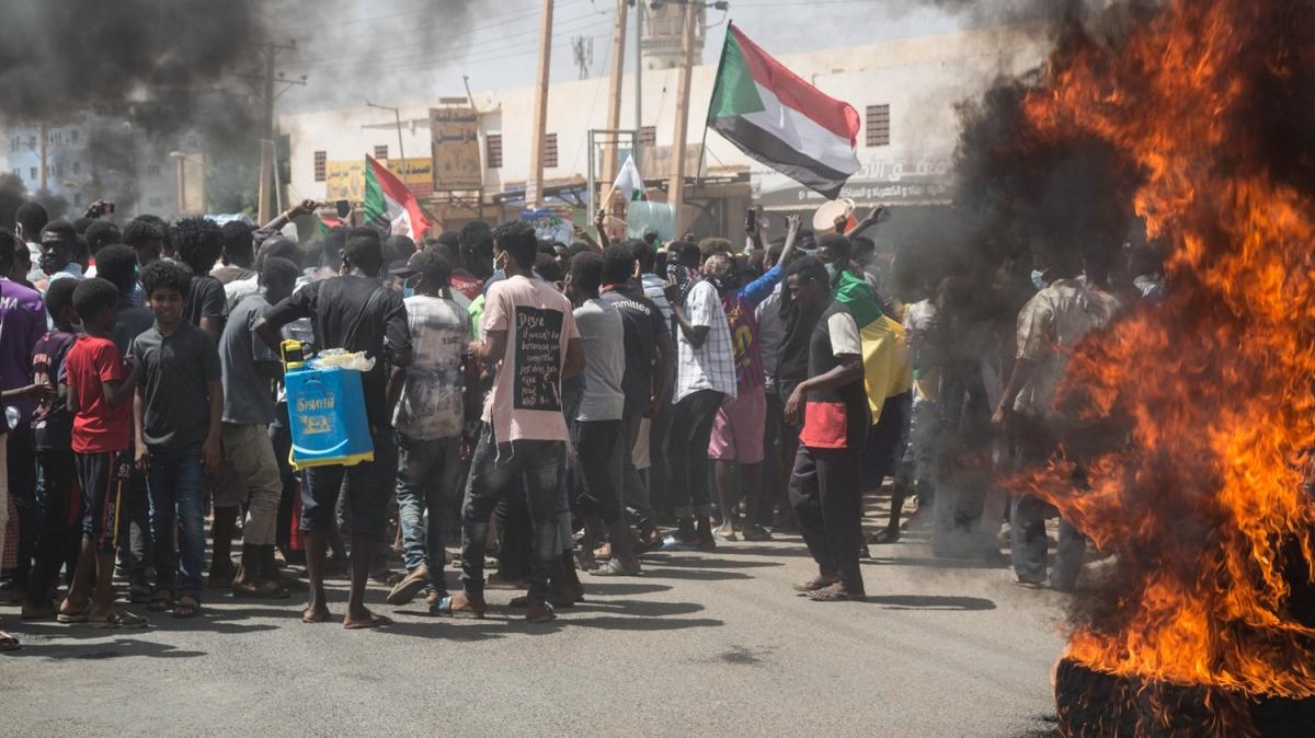 Sudan'da sıcak saatler! On binler sokağa döküldü