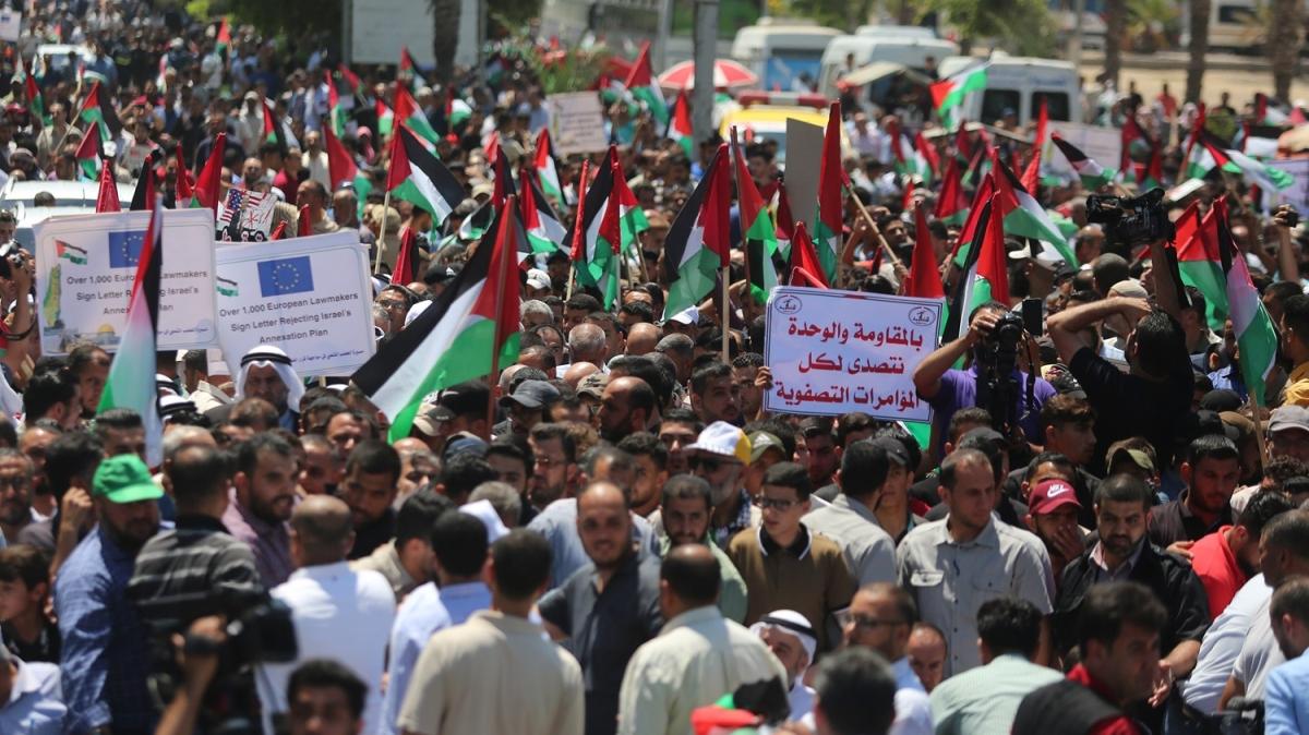 Yüzlerce kişi İsrail'e karşı sokağa döküldü