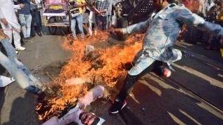 Bakanın kuklasını yaktılar! Hindistan'da yakıt fiyatlarındaki artış protesto edildi