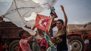 Ateşkesin gölgesinde 'uçurtma' etkinliği... Türk bayrakları dikkat çekti