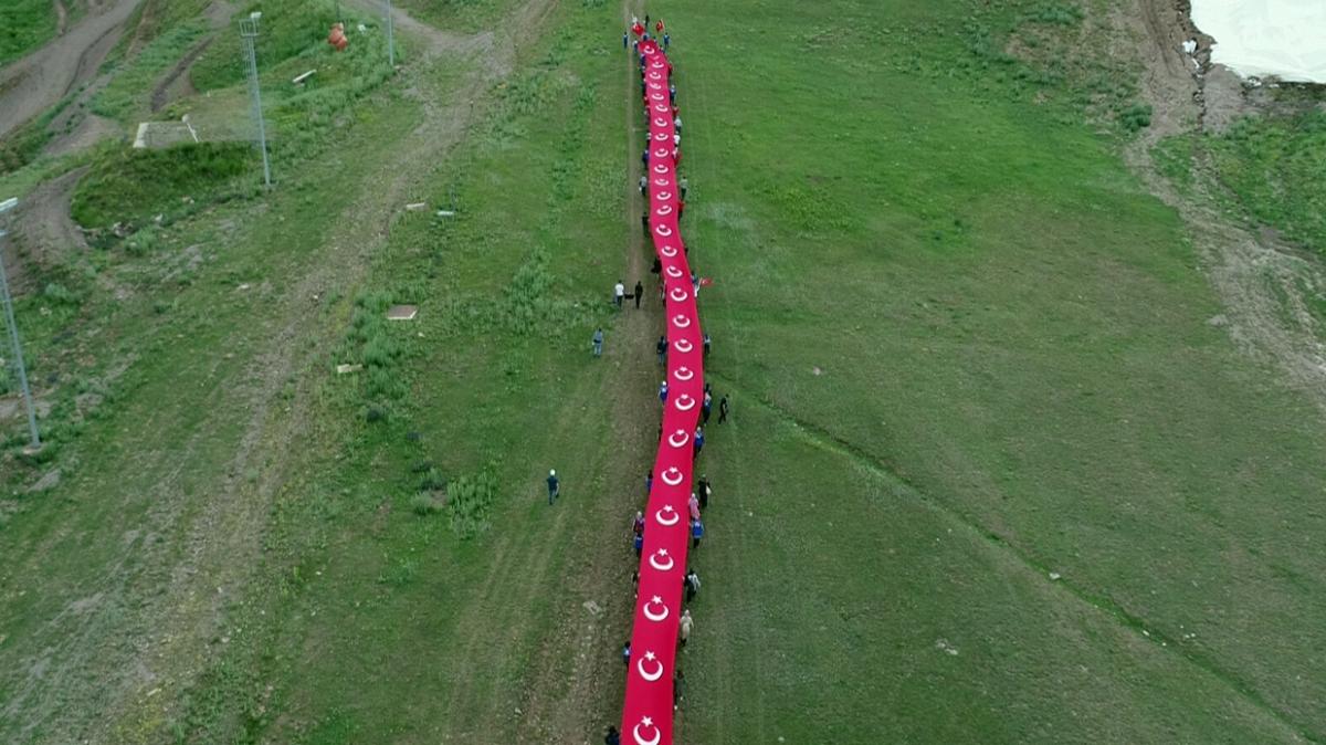 15 Temmuz şehitlerini Palandöken Dağı'nda 150 metrelik Türk bayrağı eşliğinde 'ay yıldız koreografisi' ile anıldı