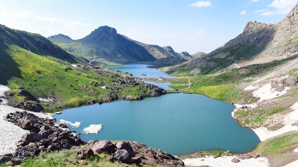 'Yüksekova Alpleri' güzelliğiyle nefes kesiyor