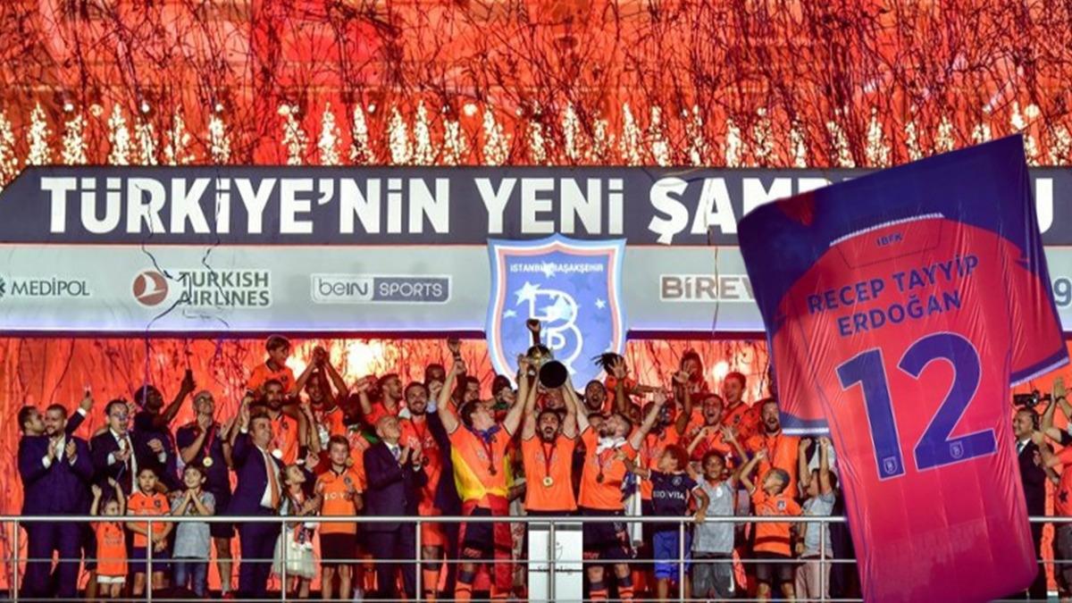 Başakşehir kupayı kaldırdı! Geceye Başkan Erdoğan'ın forması damga vurdu