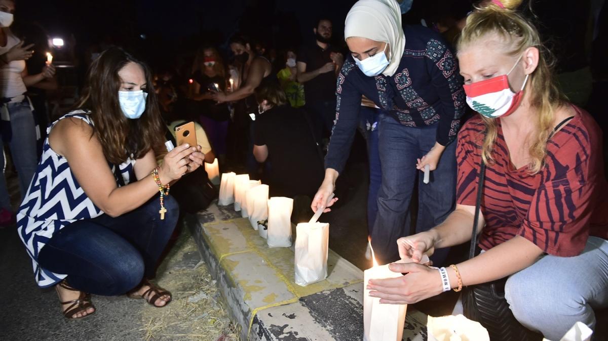 Lübnanlılar, patlamanın yaşandığı bölgede hayatını kaybedenler için mum yaktı