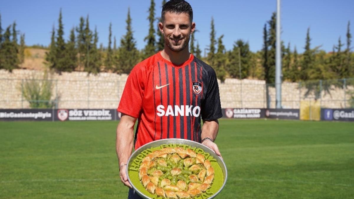 Gaziantep FK'nin yeni transferi Mirallas'ın baklavalı pozu BBC'yi şaşırttı!