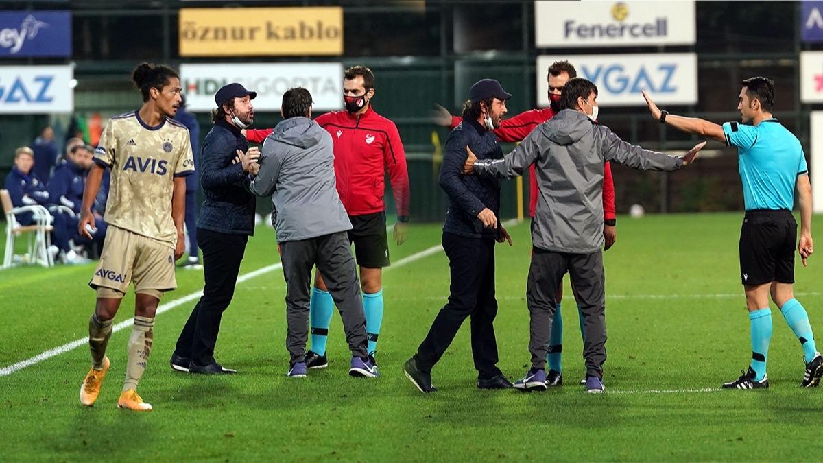 Fenerbahçe maçında saha karıştı! Fatih Tekke hakemin üzerine yürüdü