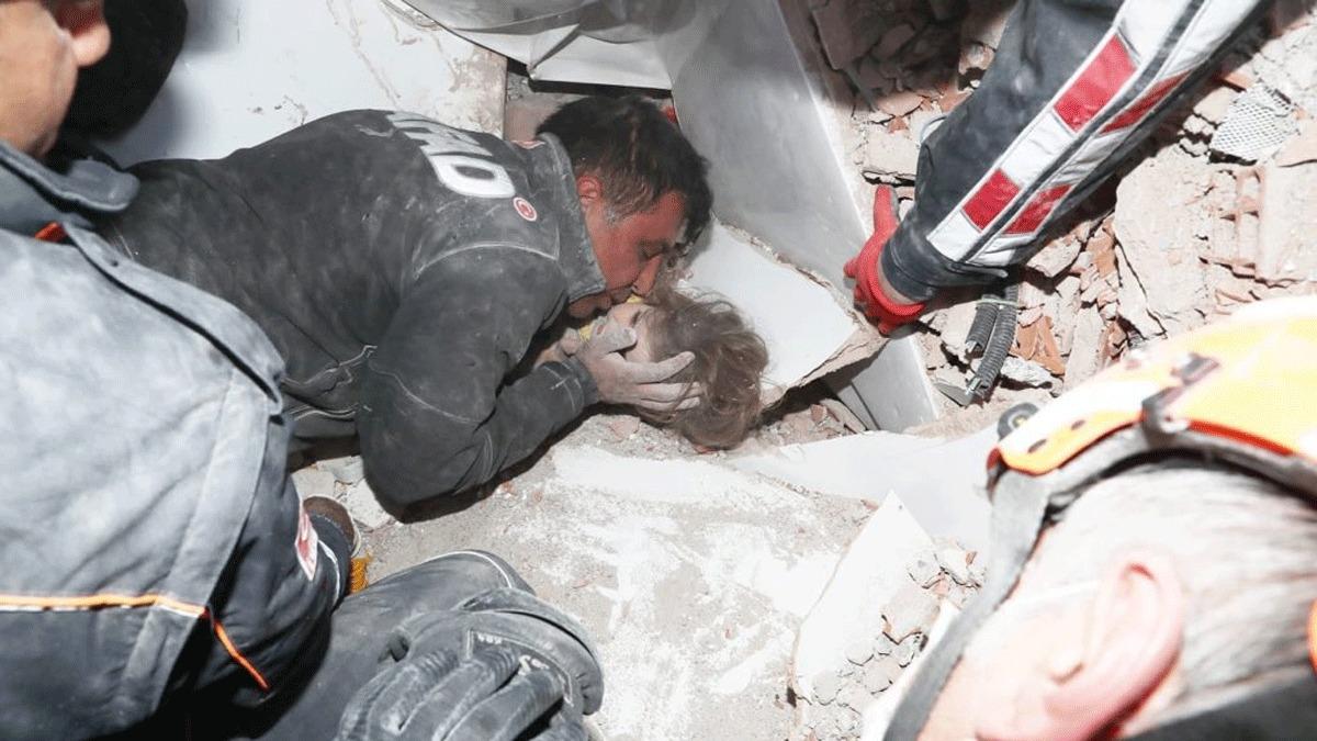 4 yaşındaki Ayla 91 saat sonra enkaz altından canlı çıkarıldı!