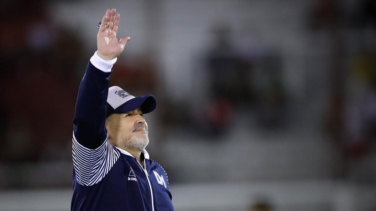 Maradona beyin ameliyatı geçirdi, hayranları hastaneye akın etti