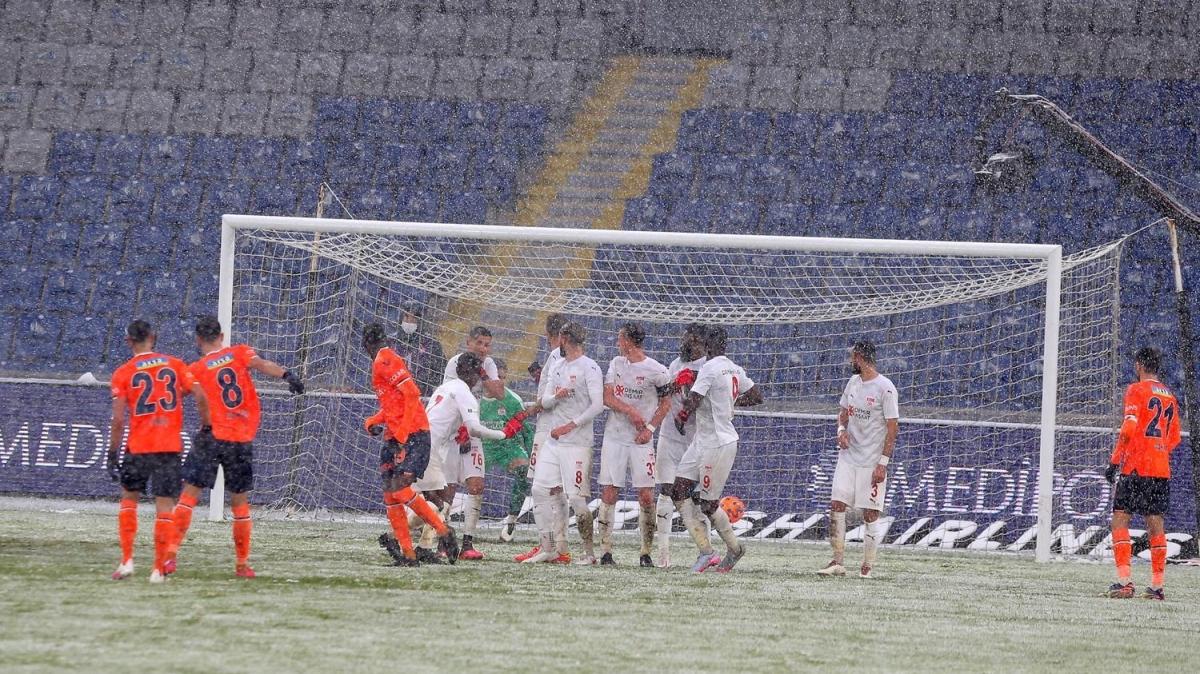 İstanbul'daki kar yağışı Başakşehir - Sivasspor maçını böyle etkiledi