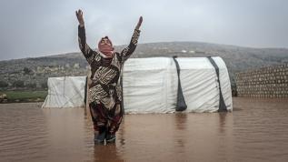Çadırları su basan Suriyeli vatandaşlar hayatlarını güçlükle sürdürüyor