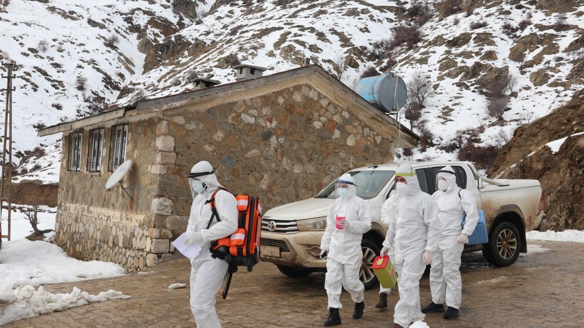 Ne kar ne fırtına engel oluyor... Sağlık çalışanları en ücra köylere giderek Kovid-19 aşısı yapıyor
