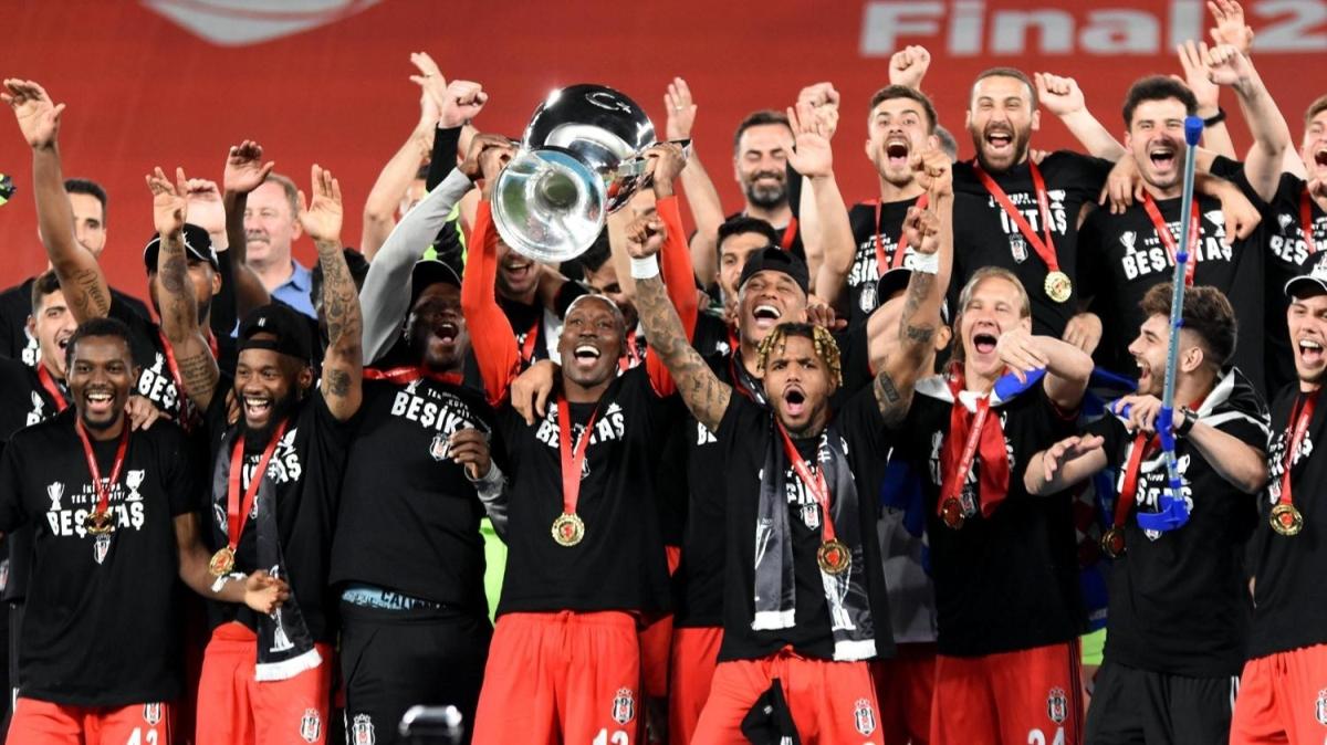 Kupa törenine damga vuran slogan! '2 kupa tek şampiyon Beşiktaş'