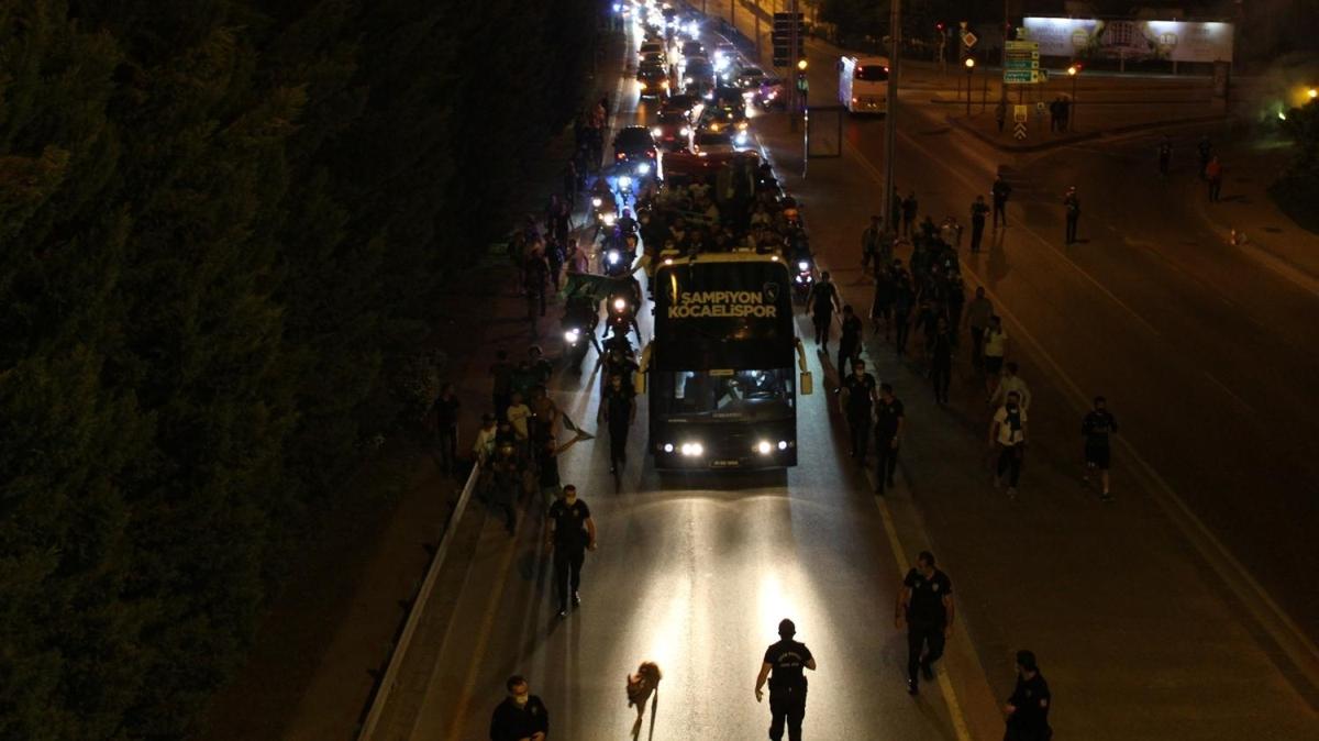 Kocaelispor'un şampiyonluk kutlamasında tatsız olay! Futbolcu otobüsten düştü