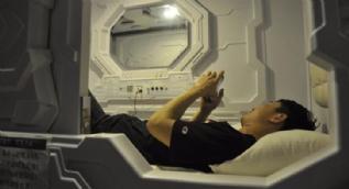 Uzay istasyonu görünümlü yatakhane