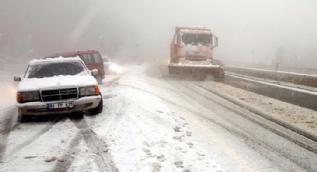 Ani bastıran kar yağışı yolları felç etti