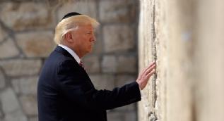 Trump kipa takıp Ağlama Duvarı'na gitti