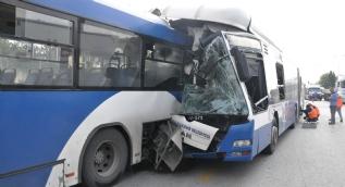 Belediye otobüsleri birbirine girdi