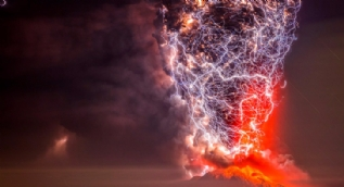 Volkan patlamalarını sanata çevirdi