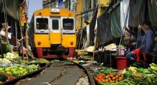 Dünyanın en tehlikeli pazarı! Ortasından tren geçiyor...