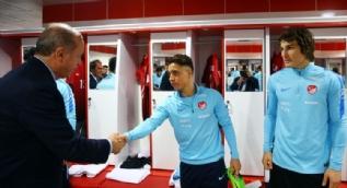 Türkiye-Finlandiya maçı öncesi soyunma odasına gidip futbolcular ile tokalaştı