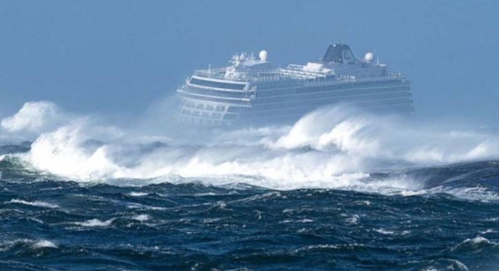 Norveç'te fırtınaya yakalanan gemide korku dolu anlar