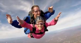 94. yaş gününü uçaktan atlayarak kutladı