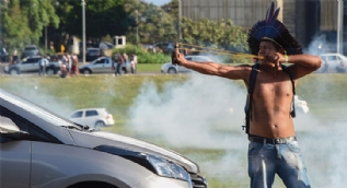 Kabile üyeleri polisle çatıştı