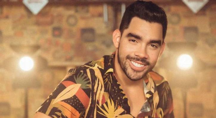Ünlü şarkıcı uçak kazasında hayatını kaybetti