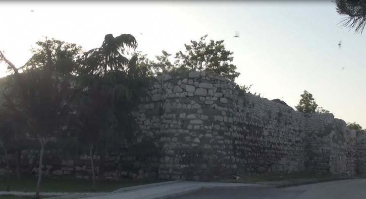 Merak edip tırmandığı kale surlarında mahsur kaldı
