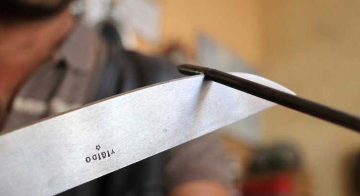 Çivileri ortadan ikiye bölen bıçak ağızları açık bıraktı!