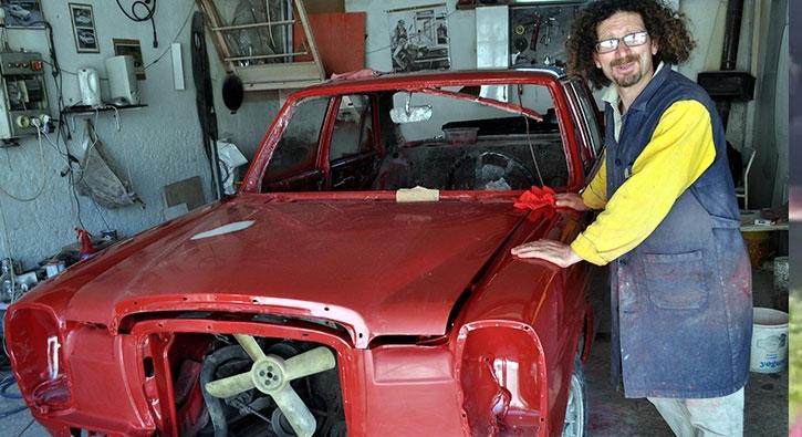 Hurda klasik otomobilleri onarıp, satıyor