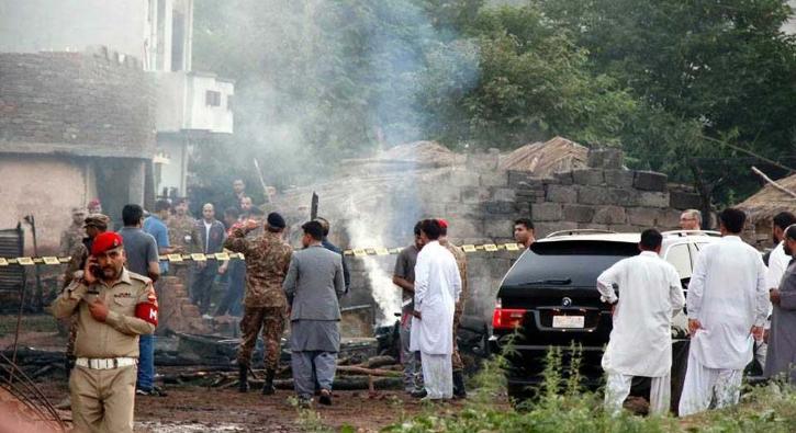 Pakistan'da askeri uçak evlerin üzerine düştü: Çok sayıda ölü var