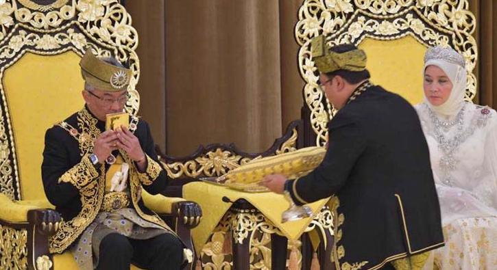 Malezya'nın yeni Kralı tacını giydi